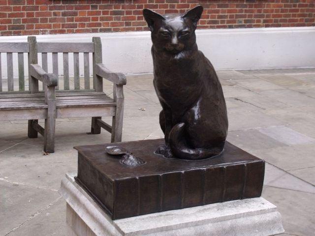1024px-Statue_of_Hodge_-_Dr_Johnsons_cat_-_in_Gough_Square_(4043318307)